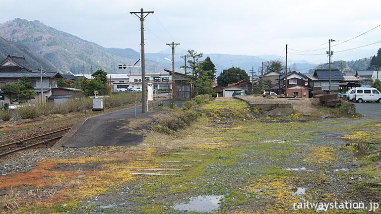 若桜鉄道・八東駅、遺跡のように埋もれた側線ホーム跡