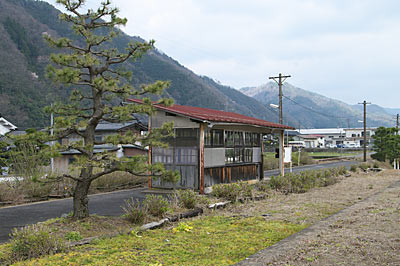 若桜鉄道・若桜線・八東駅ホーム、木造待合室