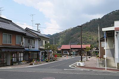 若桜鉄道・若桜線・八東駅、駅前の街並み