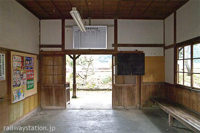 鳥取県八頭町。若桜鉄道・若桜線、八東駅の木造駅舎、待合室