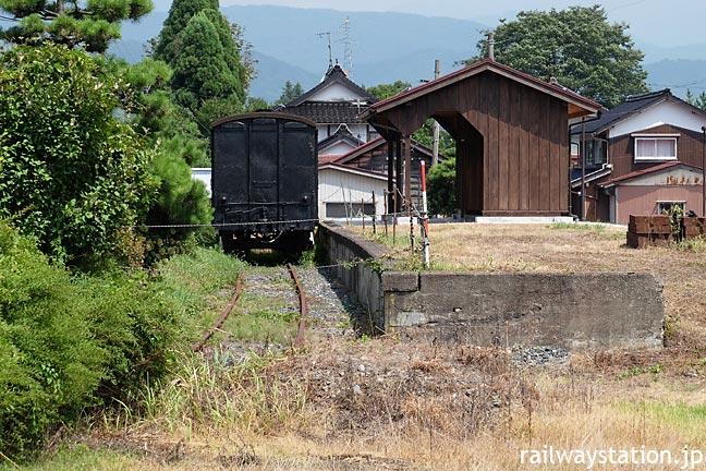 若桜鉄道・八東駅の側線ホーム跡、木造の上屋が復元されワフ3500形が保存