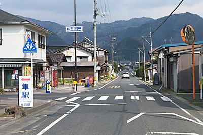 鳥取県八頭町、若桜鉄道・隼駅、駅前の道