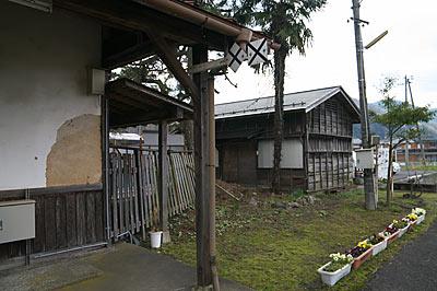 若桜鉄道・隼駅、木造の古い倉庫
