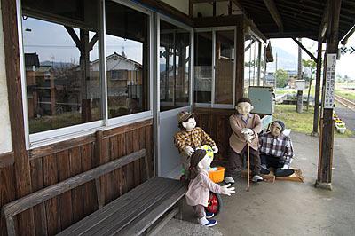 若桜鉄道・隼駅、ホームに置かれた人形