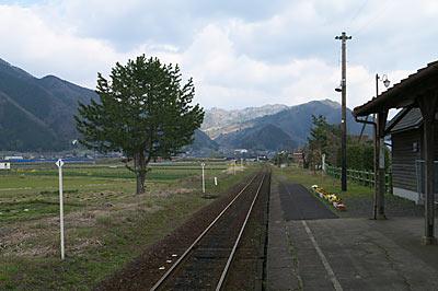 若桜鉄道・隼駅、のどかなプラットホームの風景