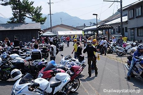 鳥取県八頭町、隼駅まつりの風景。多くのGSX1300R隼で賑わう