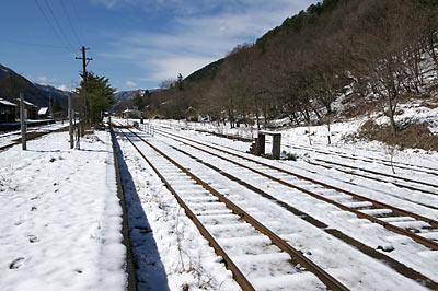 わ鉄、3月で薄っすらと雪を被った足尾駅構内と側線跡