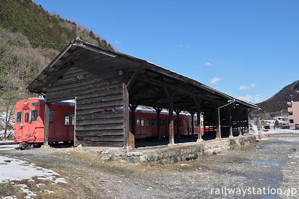 わ鉄・足尾駅、側線ホーム跡、木の貨物上屋と静態保存車両