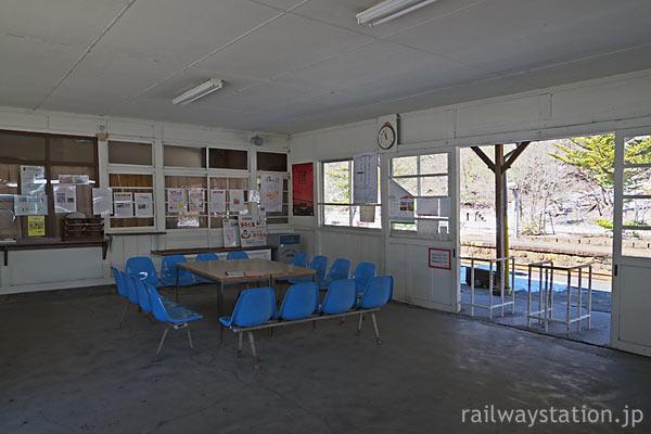 わたらせ渓谷鉄道・足尾駅の木造駅舎、広々とした待合室
