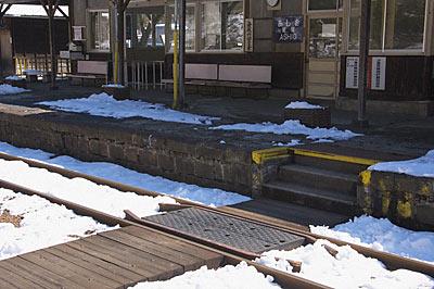 わたらせ渓谷鉄道・足尾駅、構内通路と石積みのプラットホーム