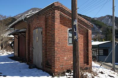わたらせ渓谷鉄道・足尾駅、登録有形文化財のレンガ製危険品庫