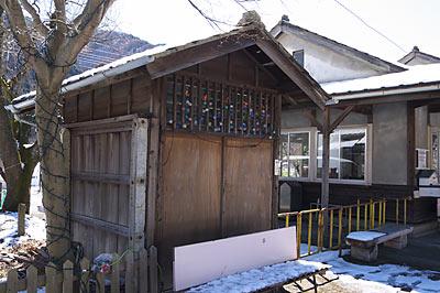 足尾駅、駅舎横の手小荷物保管庫