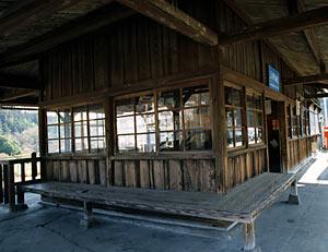 上神梅駅の木造駅舎、造りつけの木のベンチ