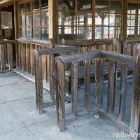 わたらせ渓谷鉄道・上神梅駅、木の質感溢れる木造駅舎と改札口