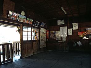 わたらせ渓谷鉄道・上神梅駅、駅舎待合室