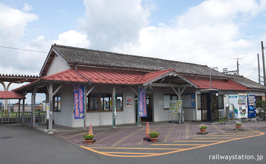 養老鉄道の終着駅・揖斐駅、古い木造駅舎が残る