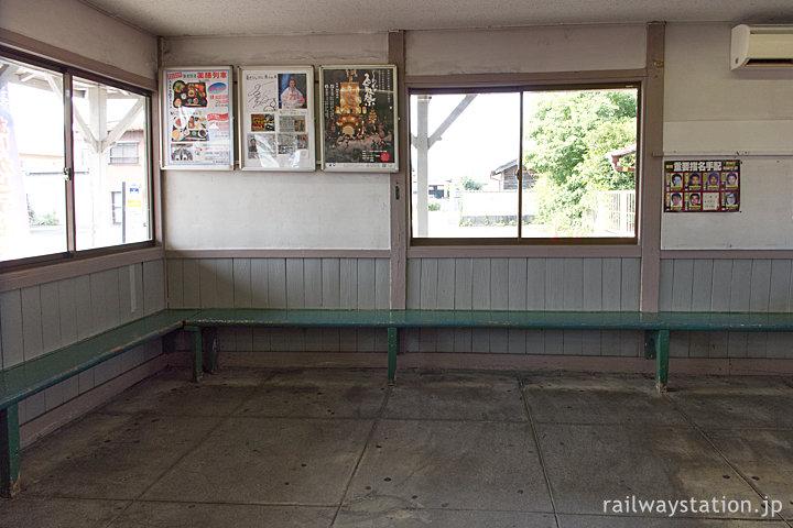 養老鉄道・揖斐駅の木造駅舎、待合室のベンチ