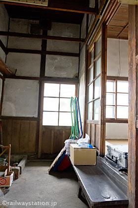 山形鉄道・西大塚駅の木造駅舎、休憩室あたり