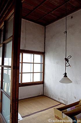 山形鉄道・西大塚駅の木造駅舎、畳敷きの駅員休憩室