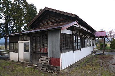 山形鉄道・羽前成田駅の木造駅舎、木の質感豊かな側面