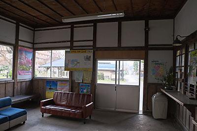 山形鉄道・フラワー長井線・羽前成田駅、待合室と窓口跡