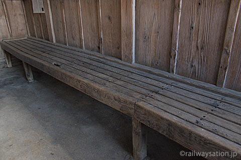 山形鉄道・羽前成田駅の木造駅舎、待合室の造り付け木製ベンチ