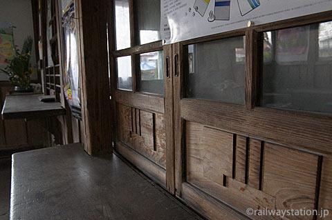 山形鉄道・羽前成田駅の木造駅舎、手小荷物窓口跡