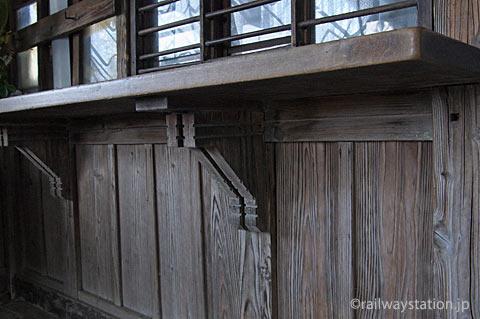 山形鉄道・羽前成田駅の木造駅舎、木製出札口跡の木のディテール